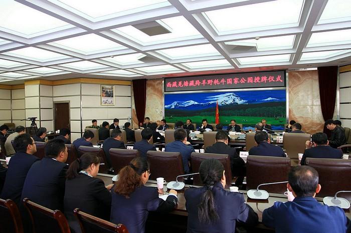 我国第一个大型野生动物类型国家公园成立 ----西藏羌塘藏羚羊、野牦牛国家公园在拉萨挂牌 为深入贯彻落实党中央关于划定生态保护红线、建立国家公园体制的要求和习近平总书记、李克强总理等中央领导同志关于加强大熊猫等野生动物保护工作的重要批示、指示精神,2015年9月16日,国家林业局在拉萨举行西藏羌塘藏羚羊、野牦牛国家公园授牌仪式,国家林业局副局长陈凤学、西藏自治区党委副书记常务副主席邓小刚、副主席边巴扎西出席仪式活动。此次挂牌表明,我国第一个大型野生动物类型国家公园成立,羌塘国家公园作为我国目前面积最大